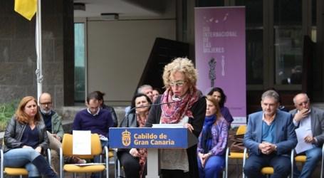 La bandera feminista ondea en el Cabildo para conmemorar el 8 de marzo