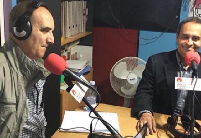 Antonio Hernández Lobo (dcha), en Radio Faro
