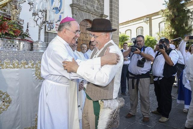 El obispo Francisco Cases Andreu saluda al presidente Antonio Morales