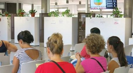 Santa Lucía estrena gestores de cola para reducir la espera en la OAC