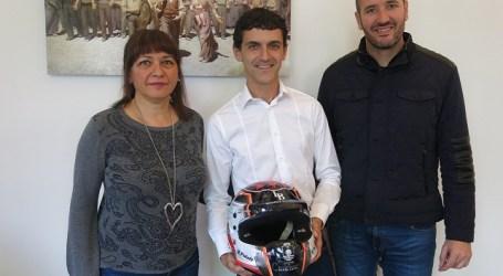 Dunia González recibe a Rogelio Peñate tras su paso por el Rally de Montecarlo