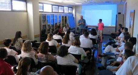 Santa Lucía presenta al Centro de Salud de Doctoral el plan para mantener a los mayores activos