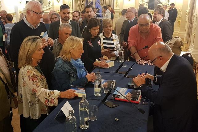 Antonio Morales, firma ejemplares de su último libro