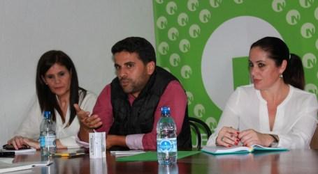 Samuel Henríquez se interesa por los quioscos playeros almacenados en Arinaga