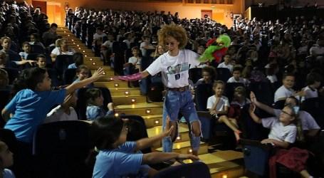 Mil escolares de Santa Lucía disfrutan en el Víctor Jara de un musical contra el abandono animal