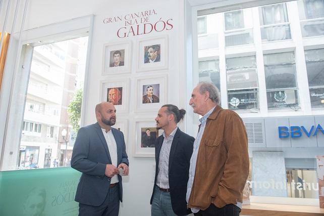 Carlos Álamo junto al coordinador de la Comisión del I Centenario Galdosiano, Mariano Rupérez y al presidente de la Asociación La Ciudad Galdós, Plácido Checa