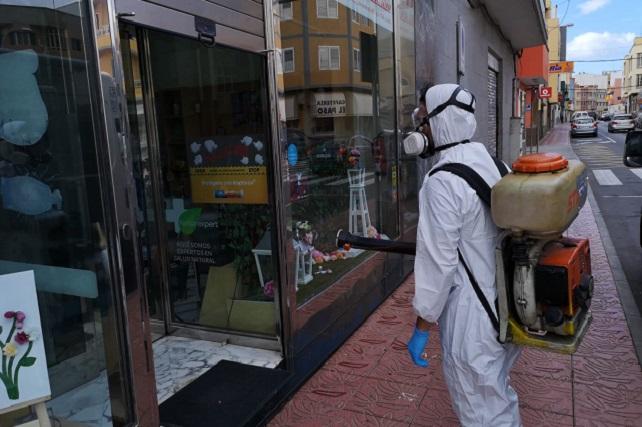 El Ayuntamiento también desinfecta las puertas de todos los establecimientos que pueden abrir durante el Estado de Alarma El personal de Servicios Públicos de Santa Lucía y las empresas contratadas por el Ayuntamiento han aumentado los espacios en los que están realizando su trabajo