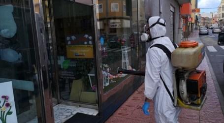 El Ayuntamiento también desinfecta las puertas de todos los establecimientos que pueden abrir durante el Estado de Alarma