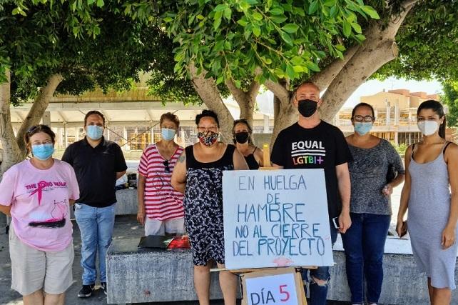 ¡El hambre no puede ser la única opción! Los conductores han estado haciendo sonar sus bocinas en apoyo a la huelga para tratar de salvar el proyecto de alimentos en Arguineguín