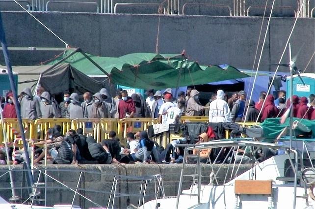 """El Ayuntamiento de Mogán solicita a Defensa por """"emergencia humanitaria"""" que habilite el campamento de migrantes en La Isleta  Un total de 54 personas han resultado positivas por Covid-19, y de estas 40 llevan más de quince días en el puerto de Arguineguín"""