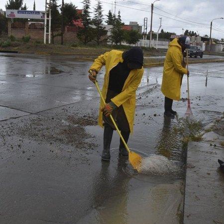 en-la-rotonda-la-avenida-guemes-que-divide-los-barrios-bella-vista-y-26-junio-operarios-municipales-desobstruyeron-la-boca-un-pluvial-ya-que-esa-zona-se-habia-formado-una-inmensa-laguna