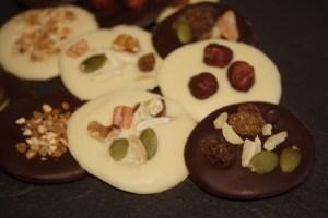 medallones-de-chocolate-blanco-y-negro-6