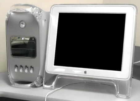 Apple G4 junto a la pantalla Studio Display