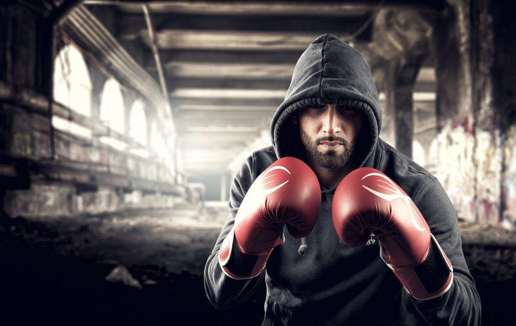 hombre con guantes de boxeo