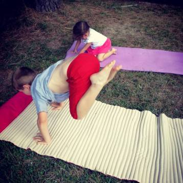 yoga-enfants-posture-cheval-qui-rue