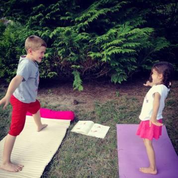 yoga-enfants-posture-premier-guerrier