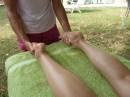 massages-jambes-pieds-étirement-jambes-ensemble