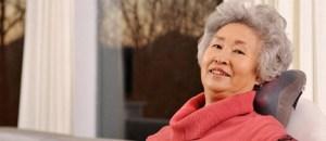 Sử dụng gối massage cho người già