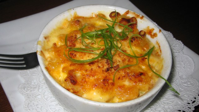 contains macaroni, three different cheeses, and bacon
