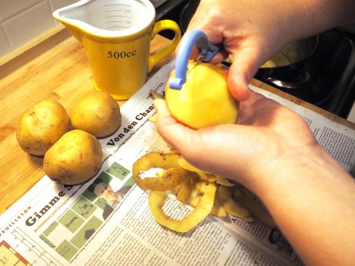 Kartoffelpüree - 1,8 kg Kartoffeln werden geschält.