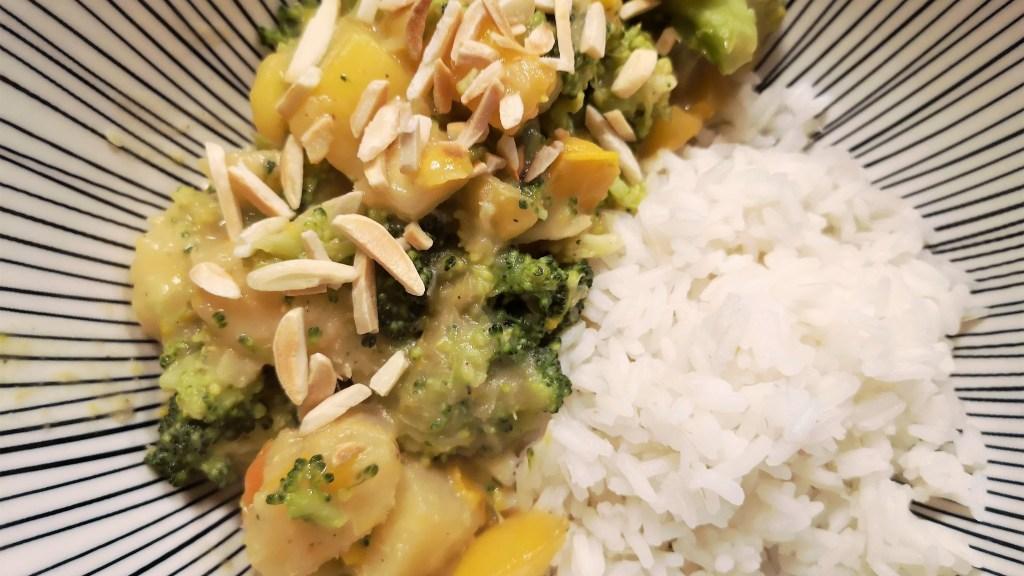 Das fruchtige Curry schmeckt ausgezeichet. Maniok schmeckt ähnlich wie Kartoffel.