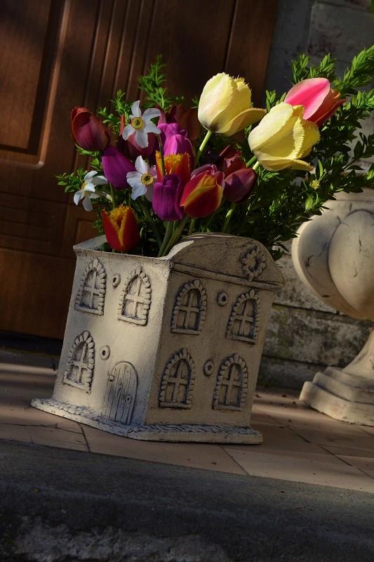 Кашпо для цветов домик