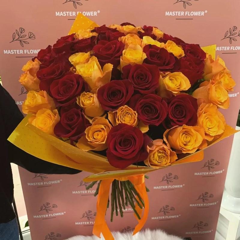 buchet cu 51 trandafiri rosii si portocalii