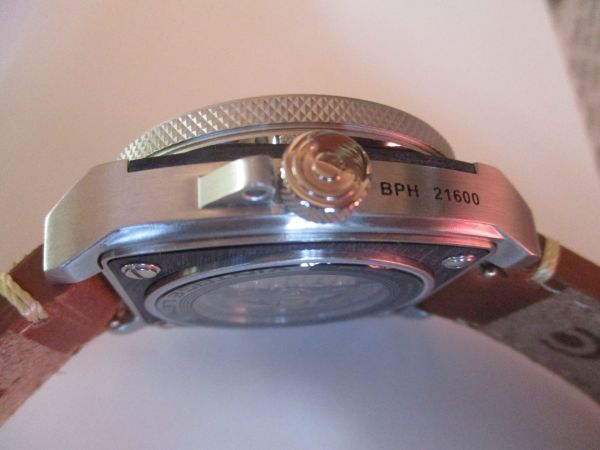 TACS AVL2 (Automatic Vintage Lens 2) Watch crown view