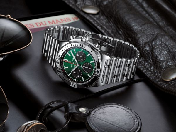 Chronomat B01 42 Bentley with a green dial and black contrasting chronograph counters