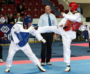 Final de la categoría masculinos A8 -68 Kg. entre los azerbaiyanos Huseyn Hasanov (derecha) y Mahmud Samadov.