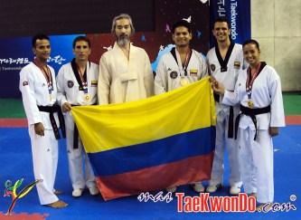 2011-08-20_(31015)x_EQUIPO-COLOMBIANO-CON-GRAN-MAESTRO-KANG-SHINCHUL