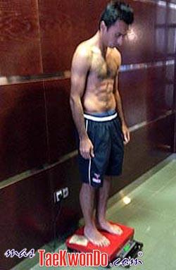 Erick Ososrnio de México tras dar el peso en Alicante.