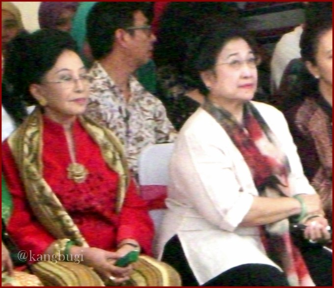 The former President - Megawati (in white) with BRAY Mooryati Soedibyo - from Surakarta Kingdom (in red)