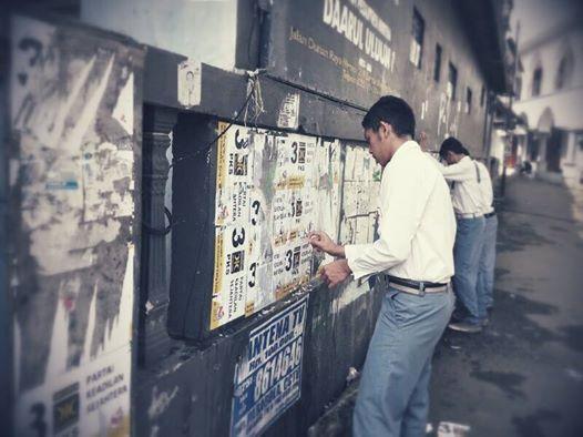siswa MA DU melepaskan atribut kampanye yang ditempelkan oknum parpol di sekolah mereka