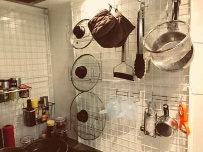 正面には調理器具など金物を配置