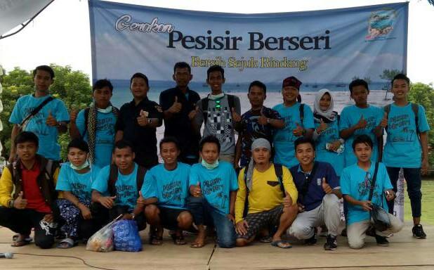 Bakti Alam, Relawan AMPI Ikut Bersihkan Pantai Mandangin