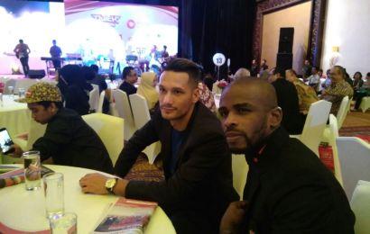 Hamka Hamzah & Raphael Maitimo Jadi Kado Anniversary Madura United