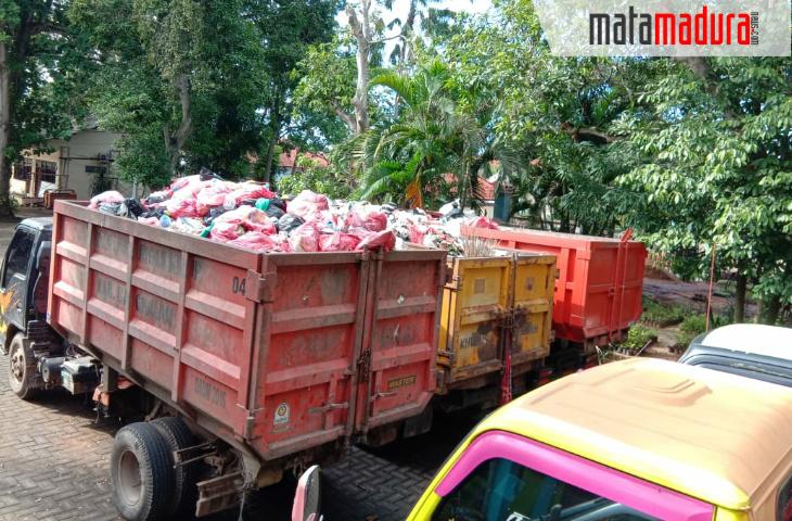 TPA Buluh Disegel Warga, 10 Truk Bermuatan Sampah Parkir di Kantor DLH Bangkalan