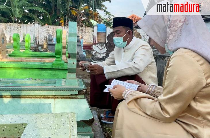 Mau Dilantik Jadi Bupati, Achmad Fauzi Nyekar ke Makam Kedua Orang Tuanya