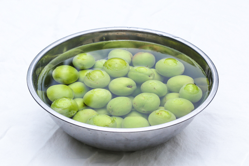 Soaking green plums in water