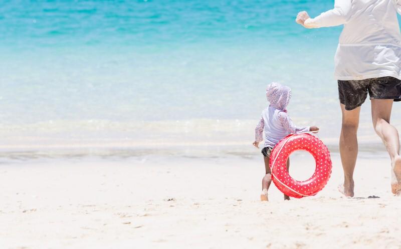 浜辺で遊ぶ親子