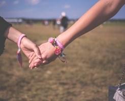 LGBTのLであるレズビアンカップルが仲良さそうに手をつないで歩いている画像です。