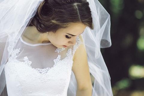 婚活パーティーで知り合った男性と結婚する女性