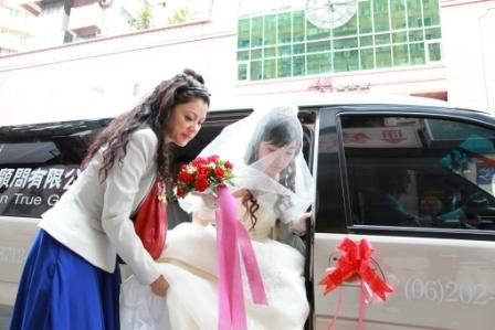 Hellen helping a bride upon arrival.