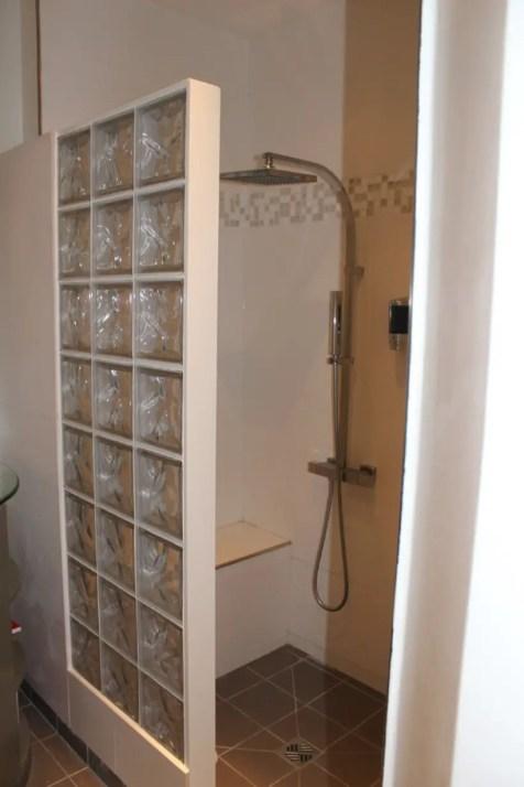 Amazing glass brick shower division design ideas 33