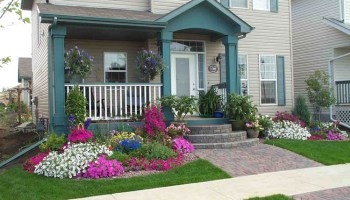 Small-front-yard-landscaping-that-dresses-up-the-entryway-with-colorful-plants