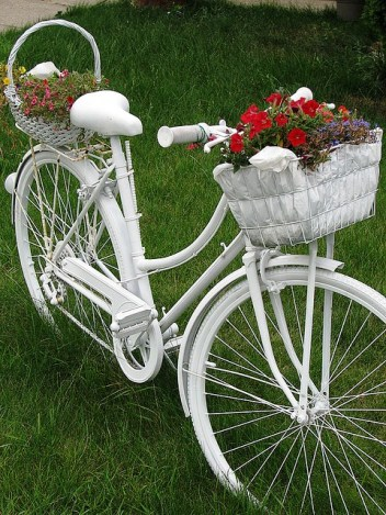Creative-garden-ideas-reuse-old-white-bicycle-flower-stand
