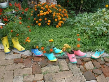 Creative-upcycling-ideas-colorful-flower-boots-garden-border