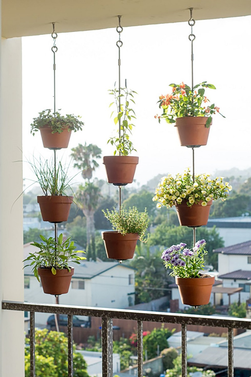 Clay-pot-vertical-garden