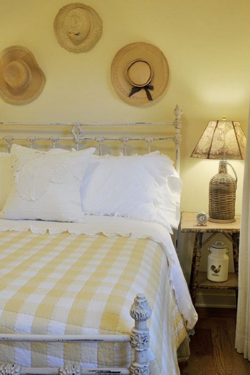 Old and new mix in the farmhouse bedroom
